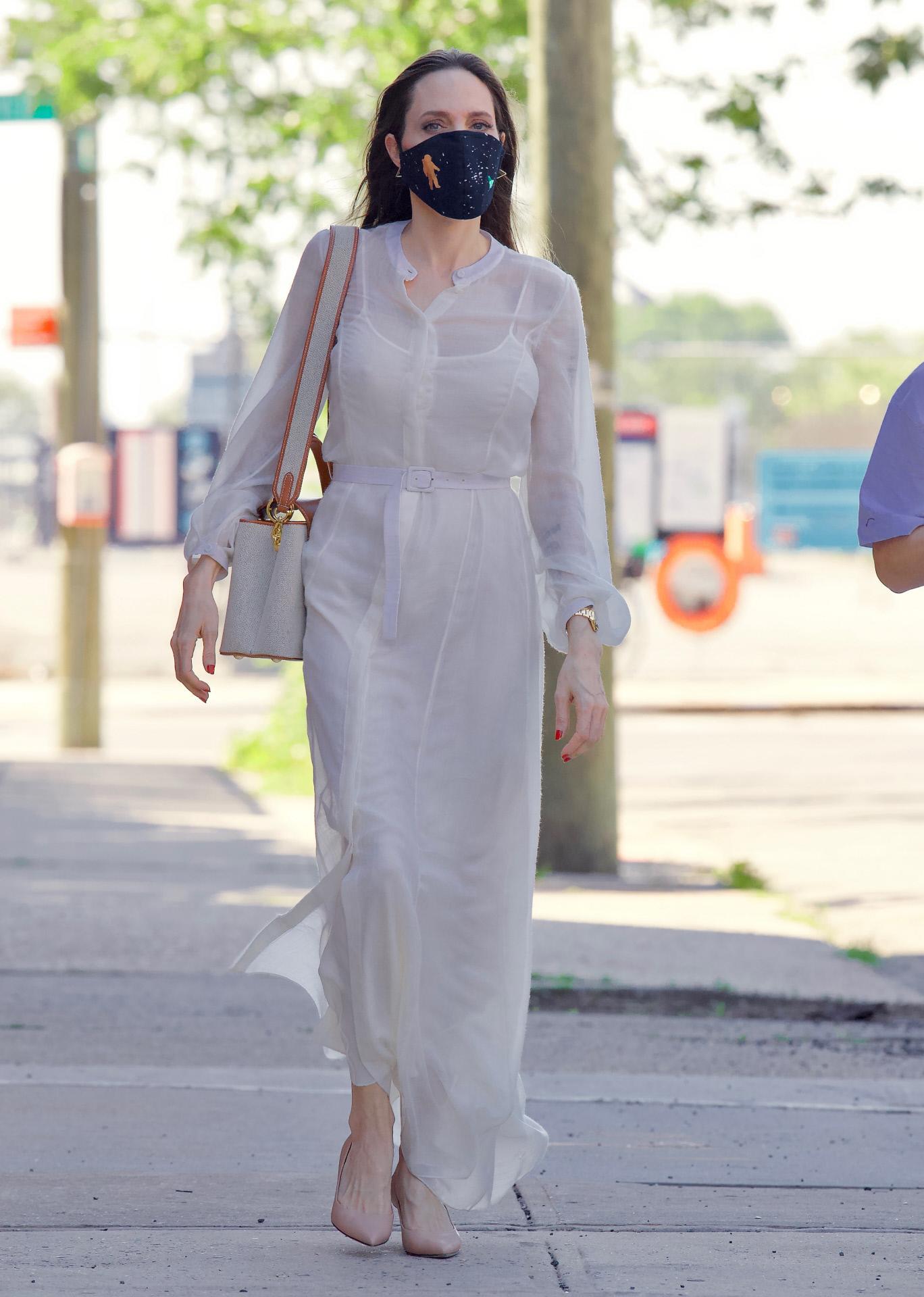 Angelina Jolie con vestido blanco camisero