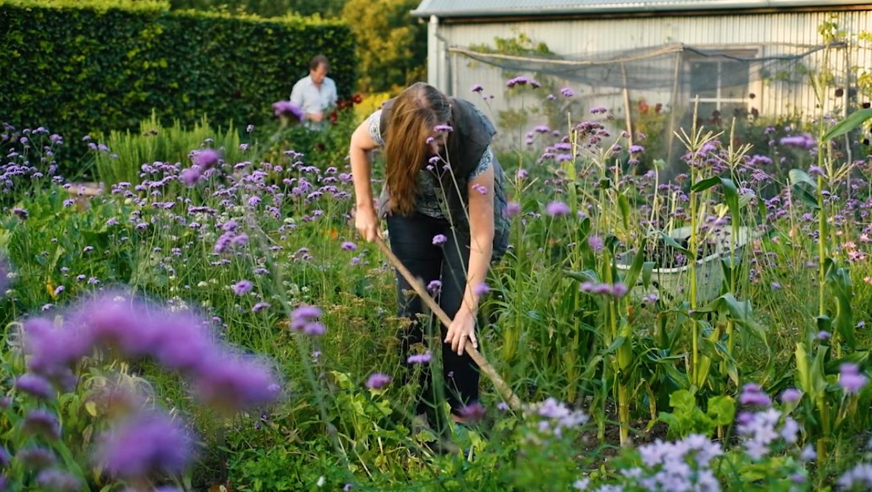 Según la psiquiatra Sue Stuart-Smith, un jardín es un refugio ideal para huir del ajetreo del mundo y conectar con la naturaleza. Investigaciones recientes demuestran que, cuando la practican, los presos tienen menos probabilidades de reincidir, los jóvenes en riesgo de exclusión tienden a perseverar en el sistema educativo y los ancianos viven más y mejor. Foto: Garden Museum.