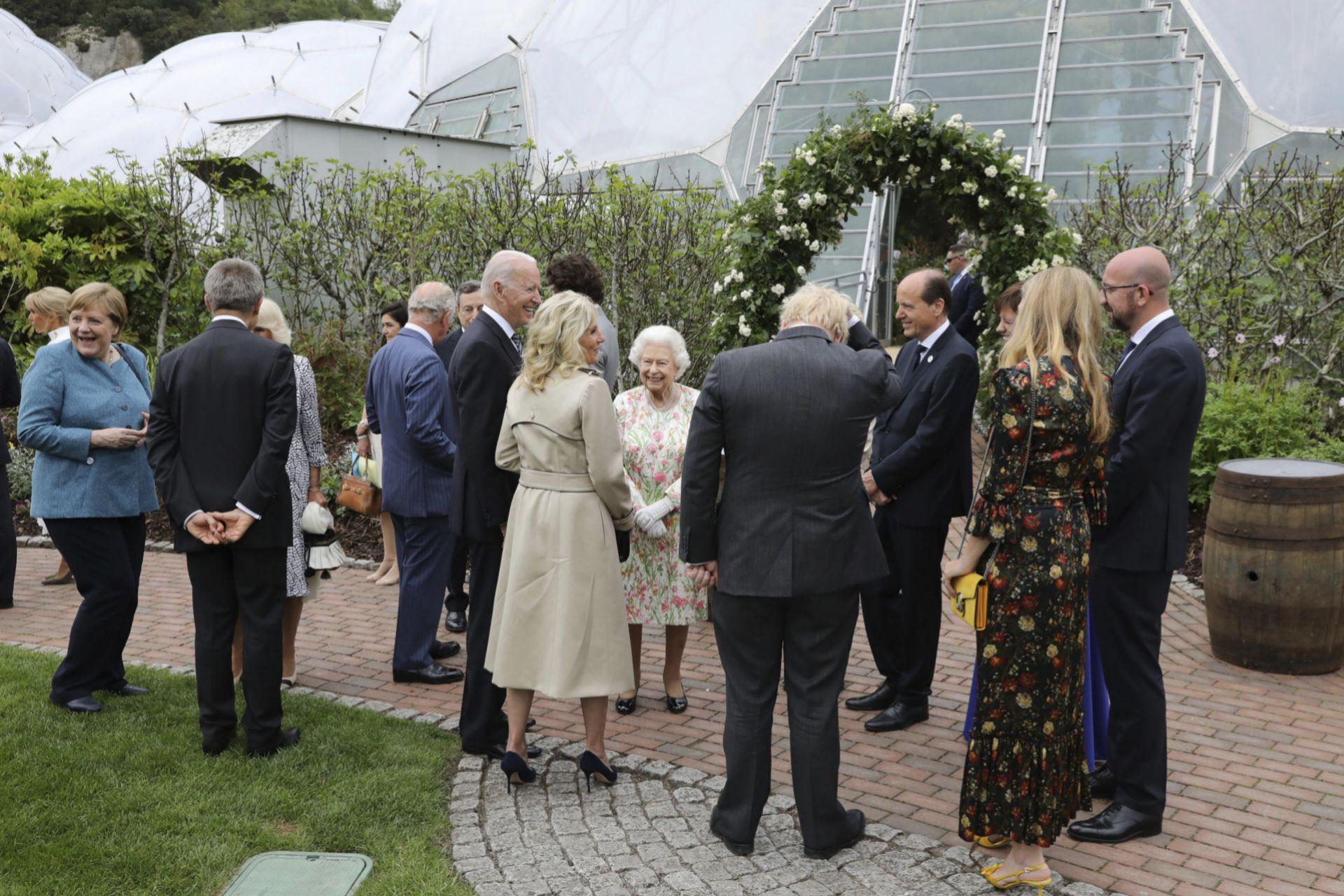Los Biden con Isabel II
