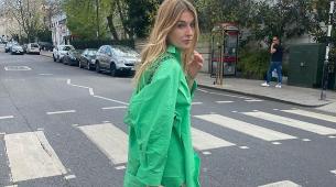 Camille Charriere con la camisa verde que llevan todas las insiders.