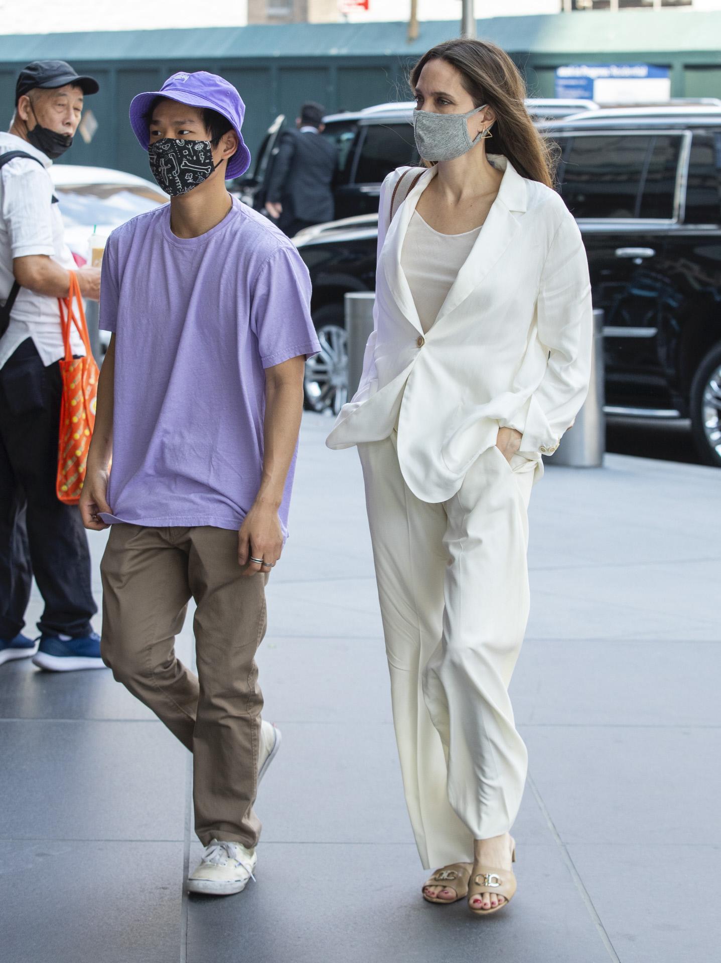 Angelina Jolie escogió un traje de chaqueta blanco para pasear por Nueva York en su 46 cumpleaños.