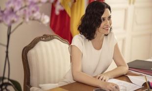 En la mesa de su despacho, donde apenas entra una cámara, Isabel...