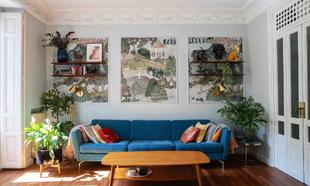 El salón de la casa lo preside el sofá azul de BoConcept. Las...