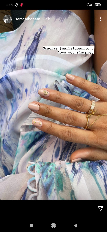 Detalle del diseño de nail art de estrellas y luna de Lucero Hurtado sobre las uñas nude de Sara Carbonero.