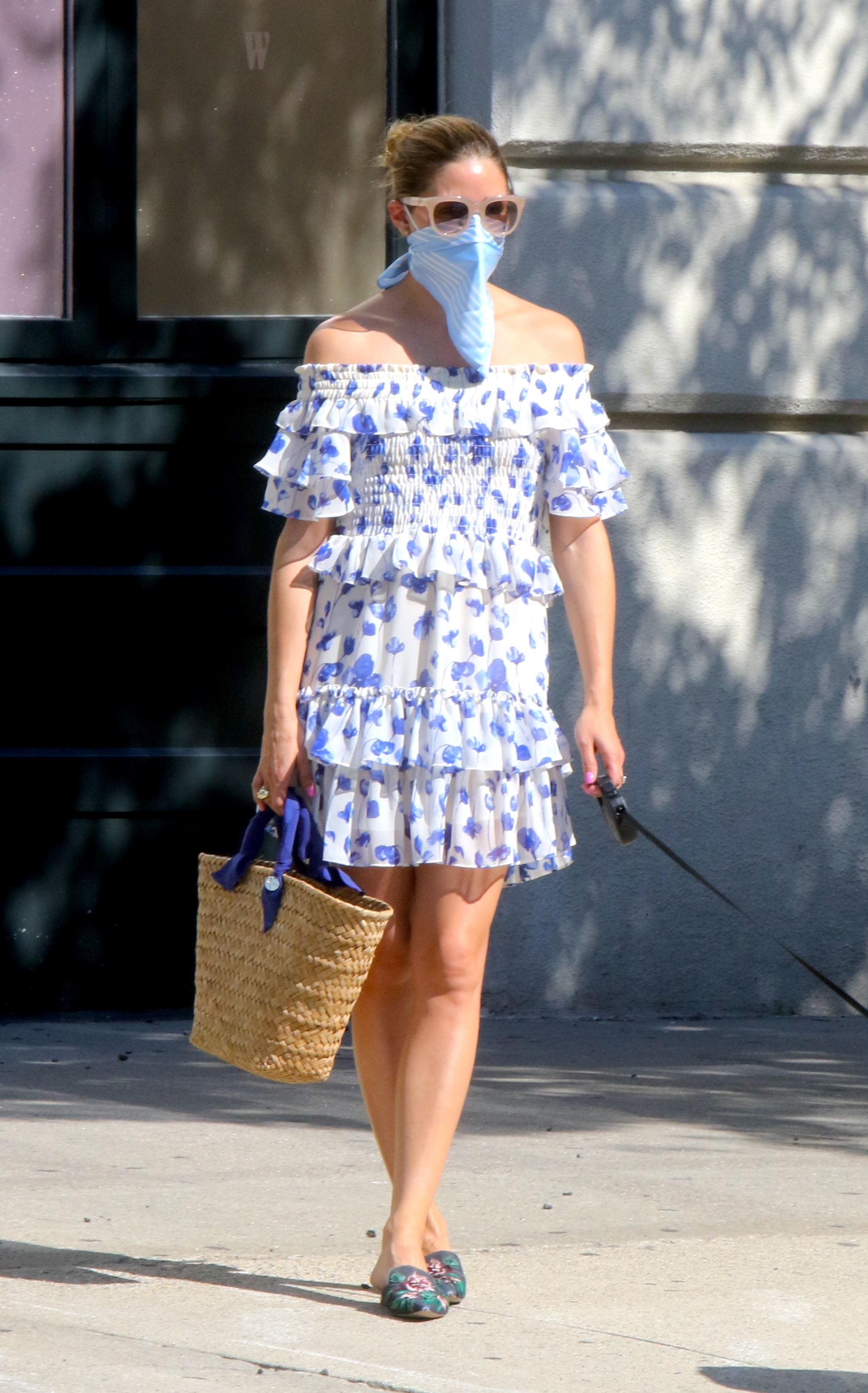 Olivia Palermo con los complementos de los que no se separa en verano.