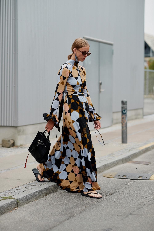 Vestido con estampado geométrico y chanclas.