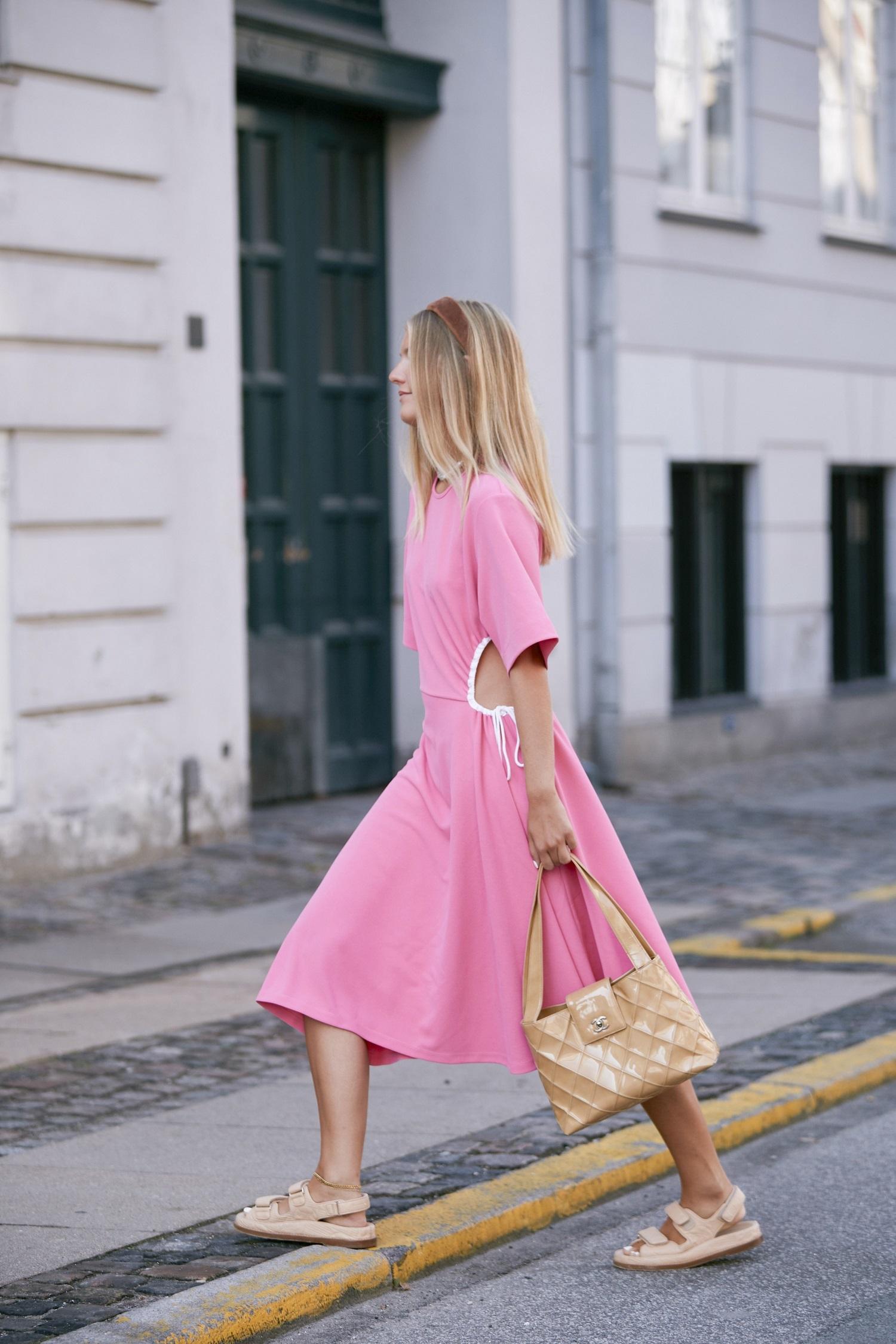 Vestido rosa cut out con sandalias de velcro.
