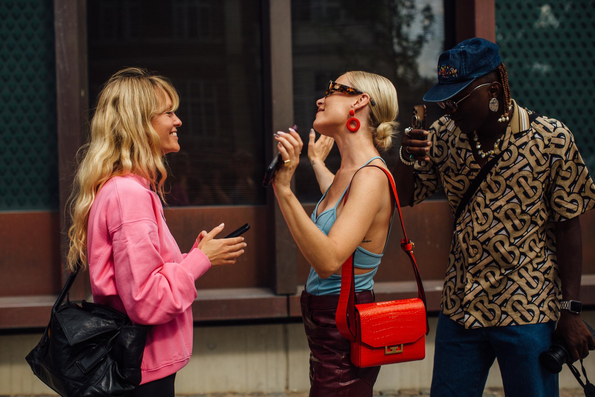 Thora Valdimars con el moño bajo de Kate Moss en versión más pulida pero igualmente espectacular en el street style de Copenhague junto a Jeanette Madsen.