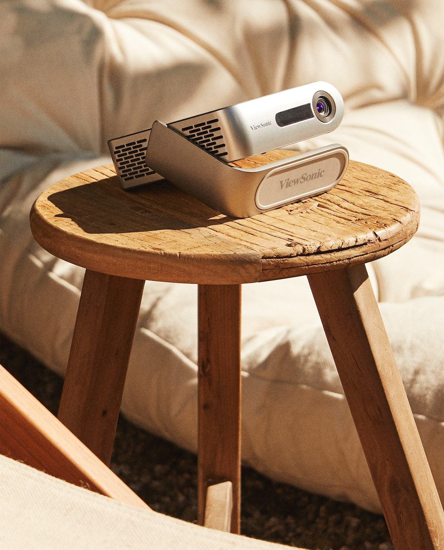Un buen proyector de cine apto para exterior, con wifi y blutooth es básico. Éste es pequeño y muy manejable.