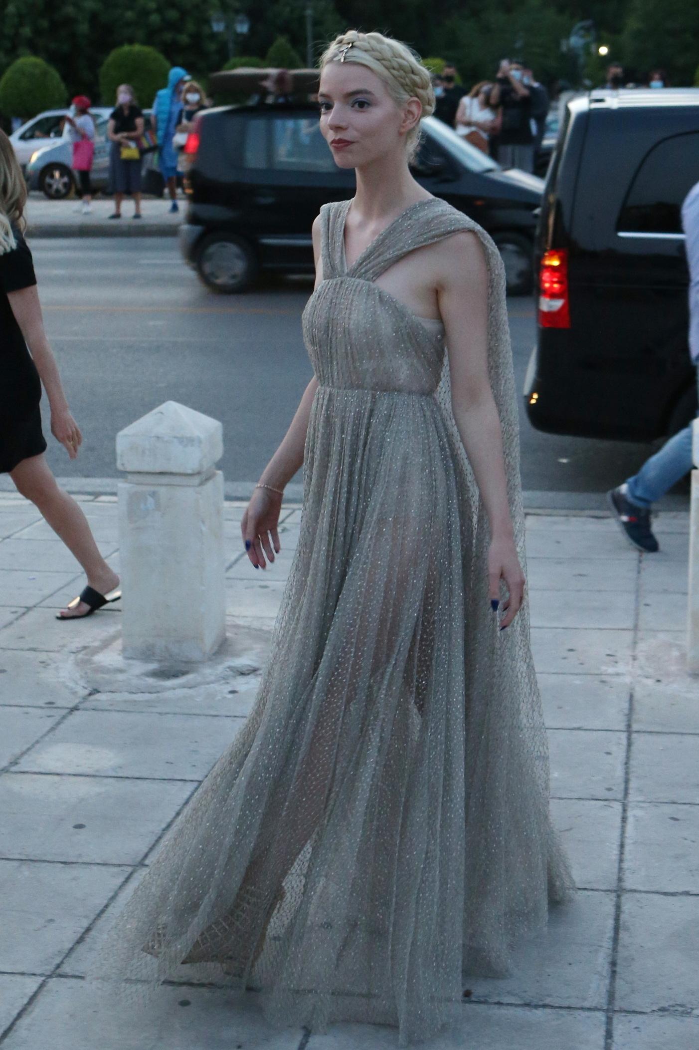Anya Taylor-Joy llegando al desfile de Dior.