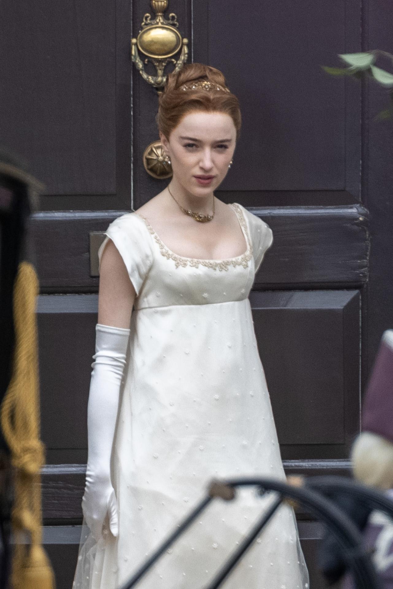 Phoebe Dynevor con vestido de estilo romántico