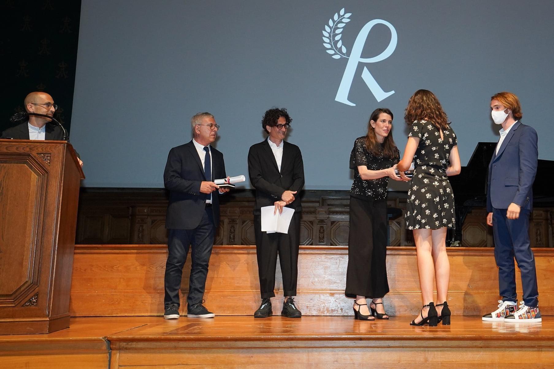 Carlota Casiraghi haciendo entrega de los premios de sus Encuentros Filosóficos en el Oceanográfico de Mónaco.