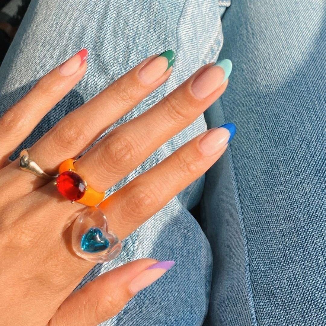 La manicura francesa de colores sigue siendo un must para probar los colores de esmalte tendencia del verano.