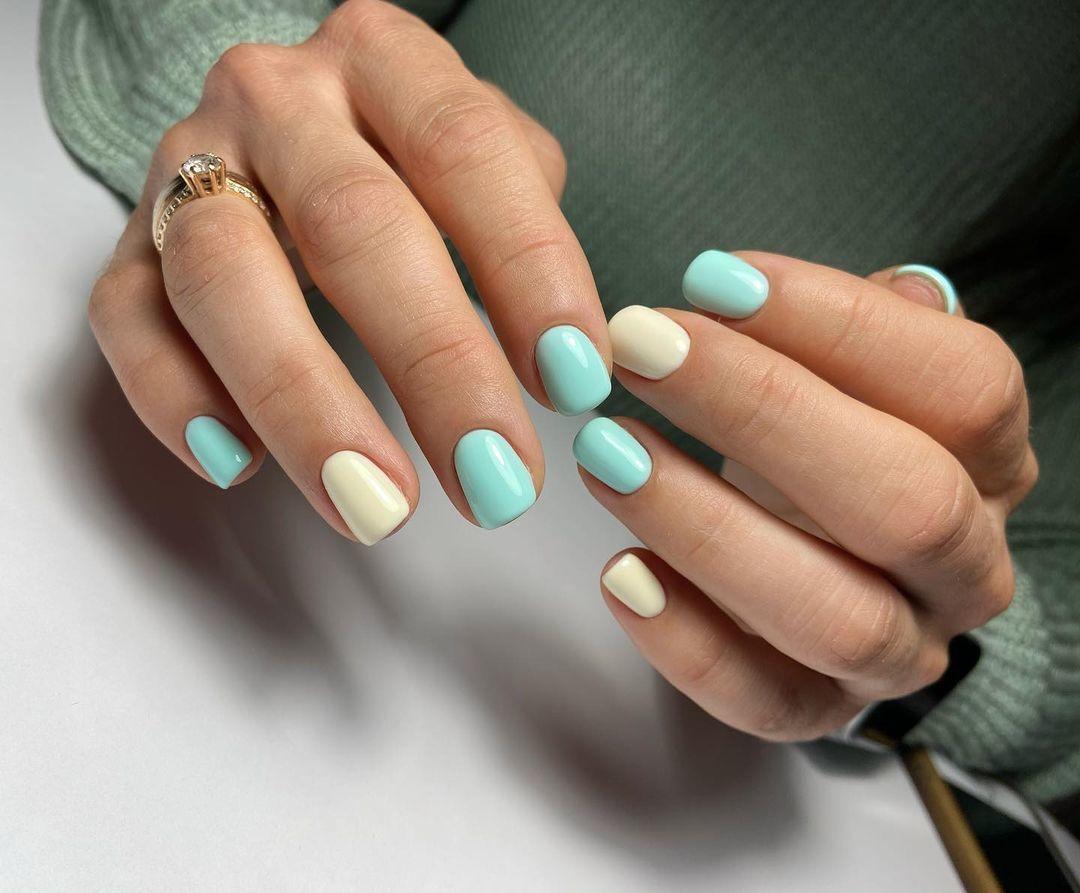 Se llevan las uñas bicolor este verano y sobre todo en tonos pastel.