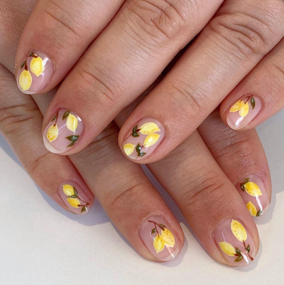 Los motivos más refrescantes como las frutas cítricas y los limones protagonizan el nail art de esta temporada.