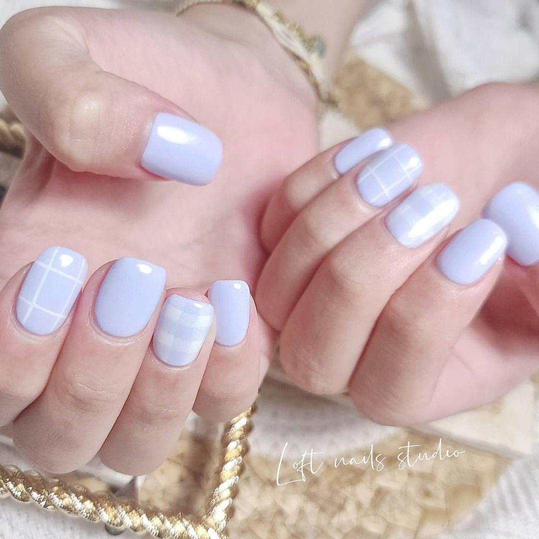 Los cuadros Vichy se trasladan de los looks a las uñas en tonos pastel y en distintas versiones.
