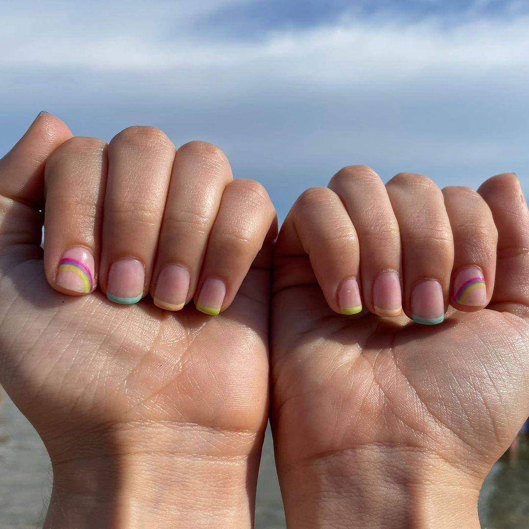 Un arcoíris en una uña y el resto en francesa con tonos pastel o neón también es otra de las tendencias de manicuras de la temporada.