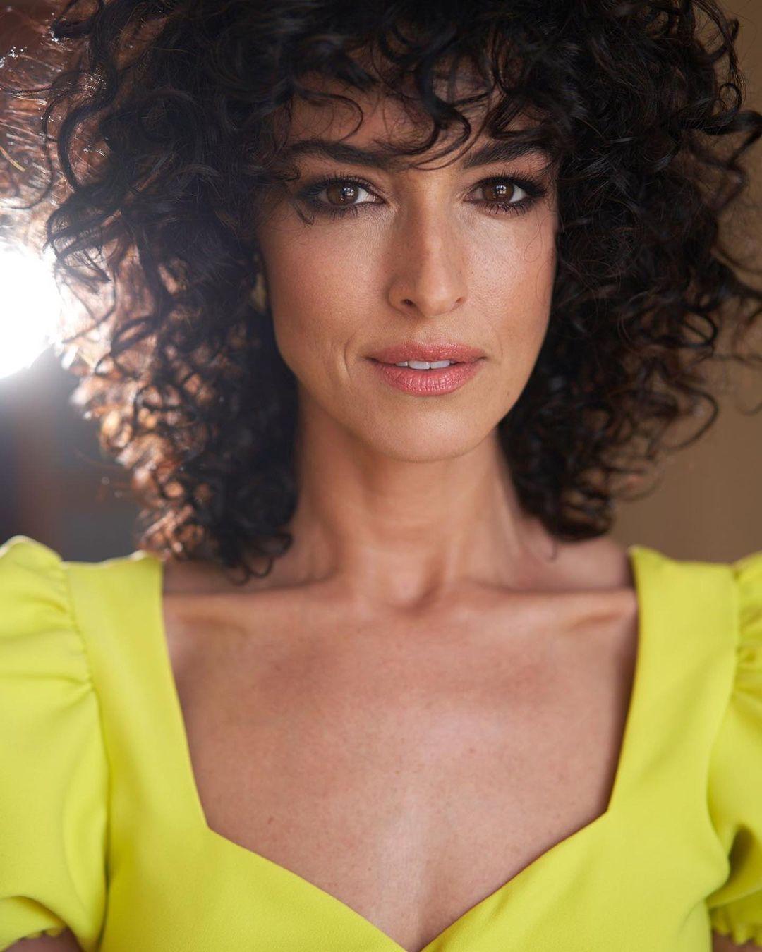 Blanca Romero luce un corte bob rizado con capas.