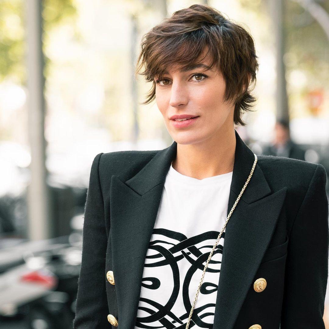 Eugenia Osborne con un pixie shaggy con capas y flequillo realizado por María Baras, directora artística de Cheska.
