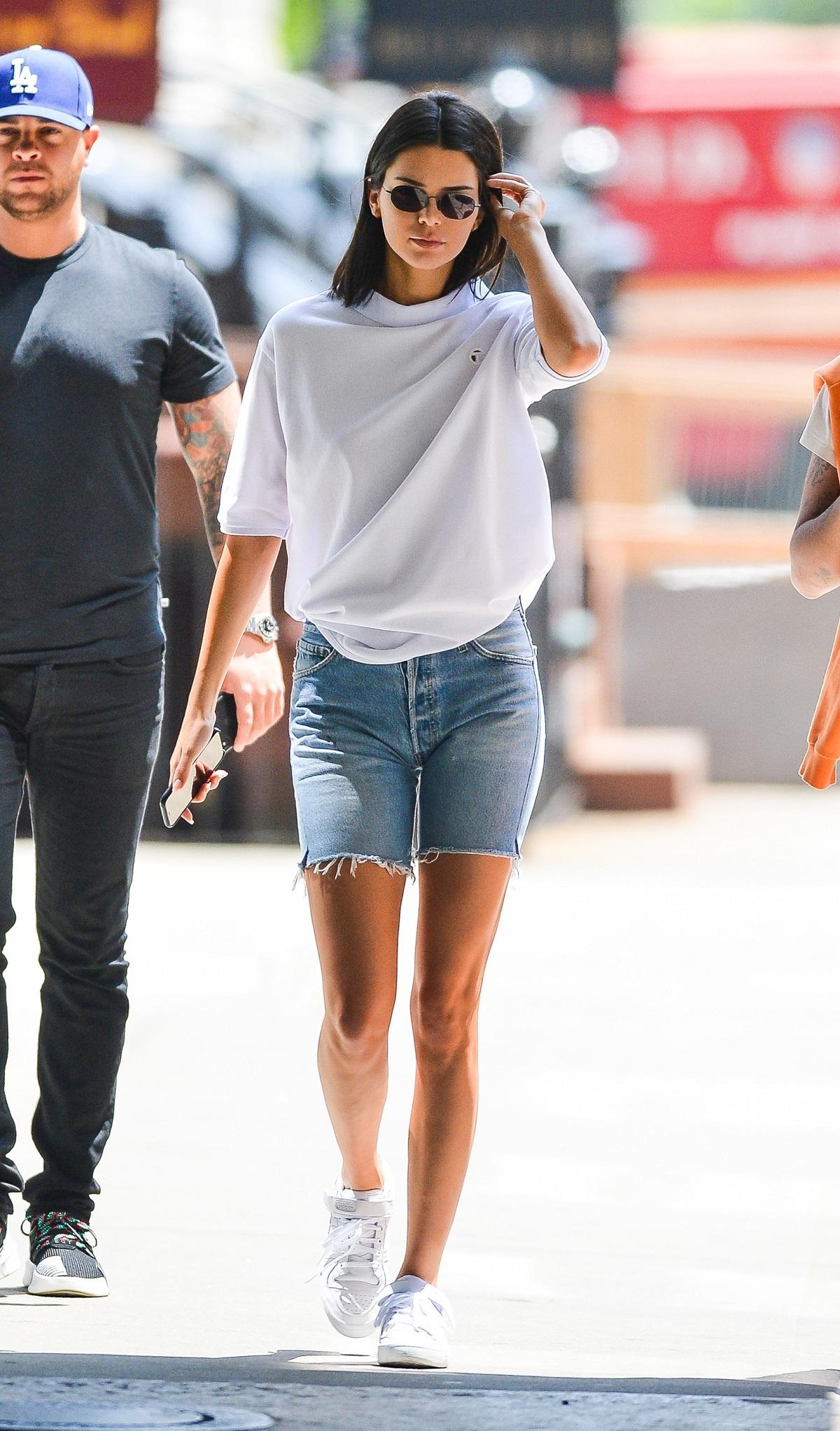 Kendall Jenner con shorts y camiseta.