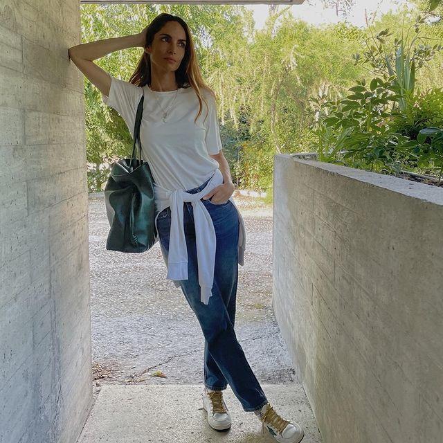 La modelo Eugenia Silva con jeans y camiseta.