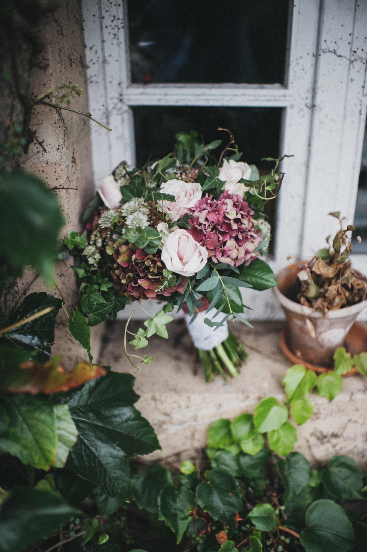 Ramo de combinado con rosas, ramas y bayas naturales.
