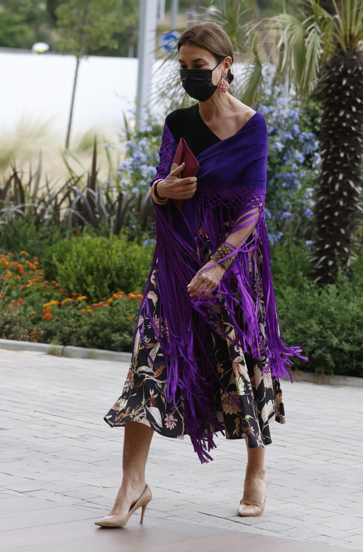 Carmen Posadas, con mantón de flecos morados en los Premios Mariano de Cavia.