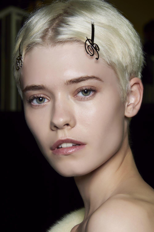 En Blumarine hemos visto cortes boyish con la raya donde se abre tu pelo de forma natural con horquillas para despejar tu melena del rostro. Un look easy & go estupendo.