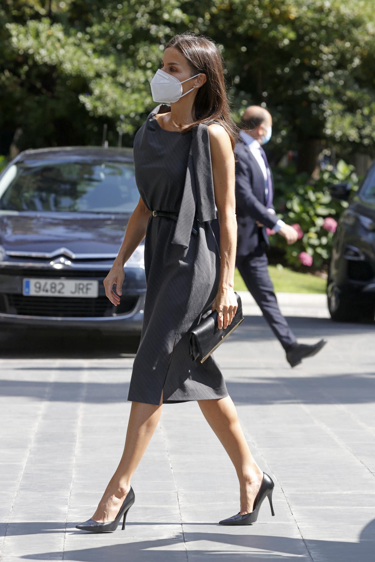 La reina Letizia con vestido por la rodilla.