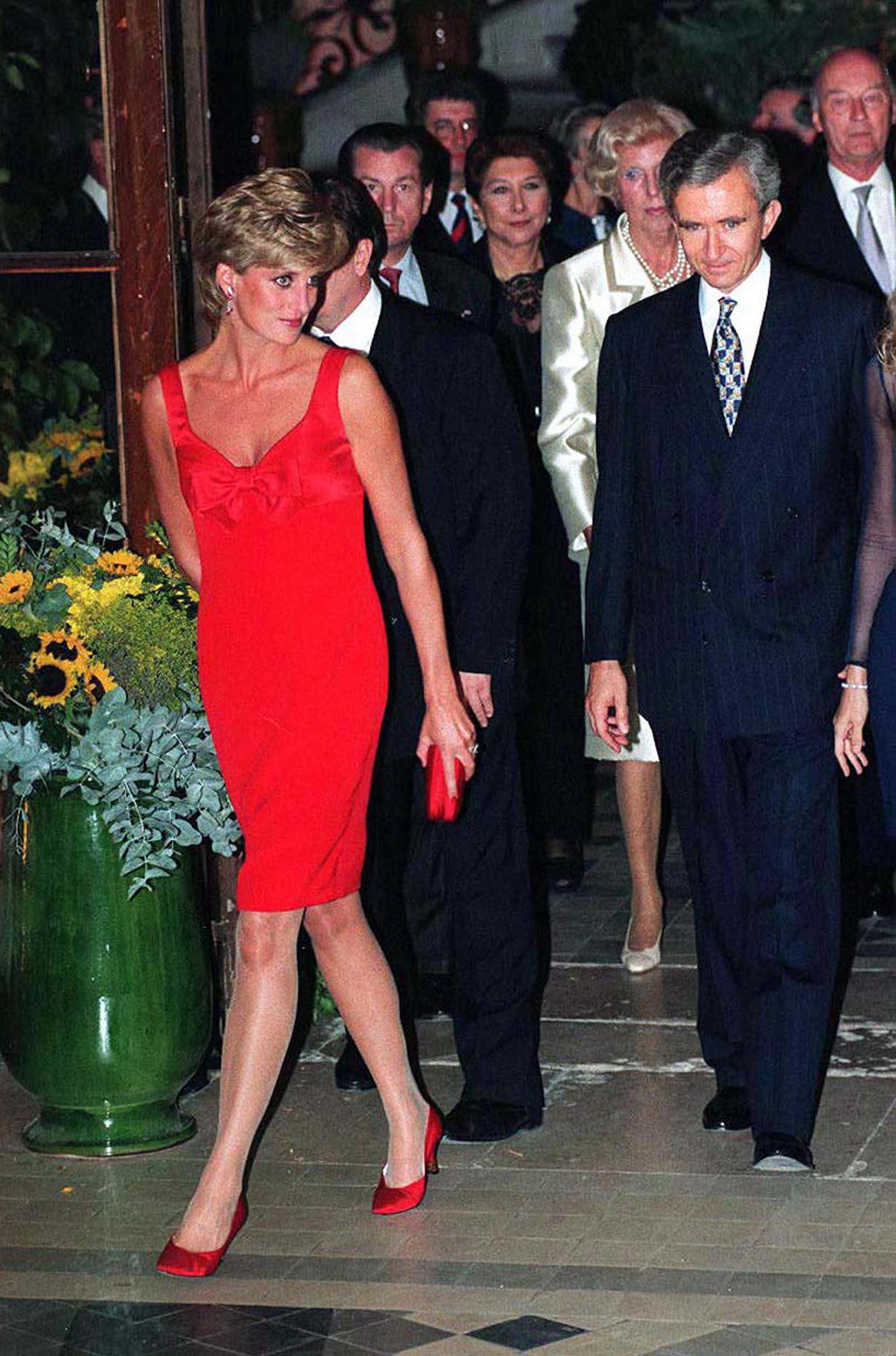 Lady Di con vestido lápiz rojo.