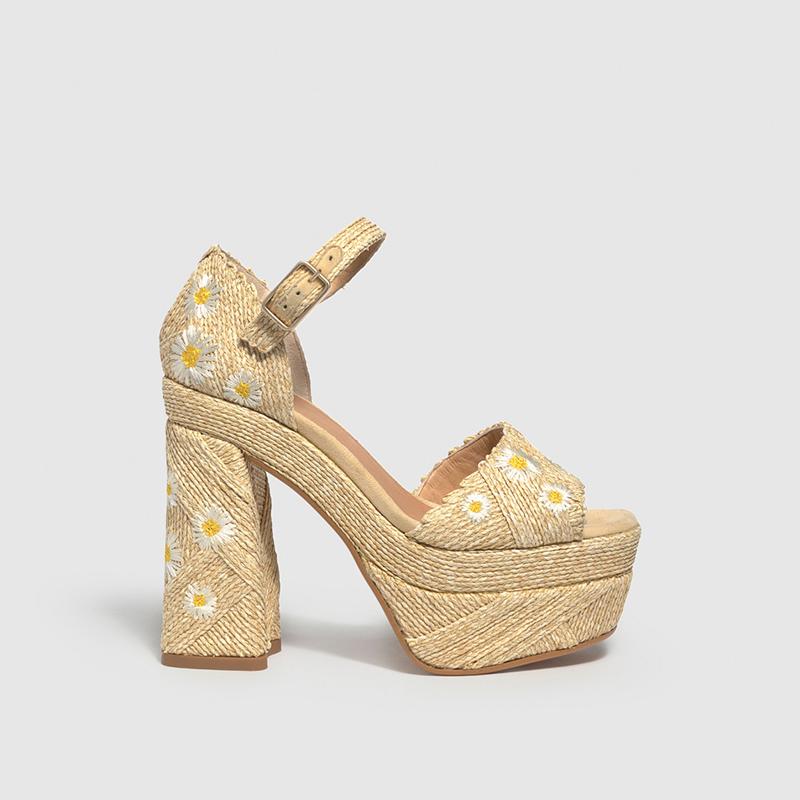 Las sandalias de rafia de Sara Carbonero.