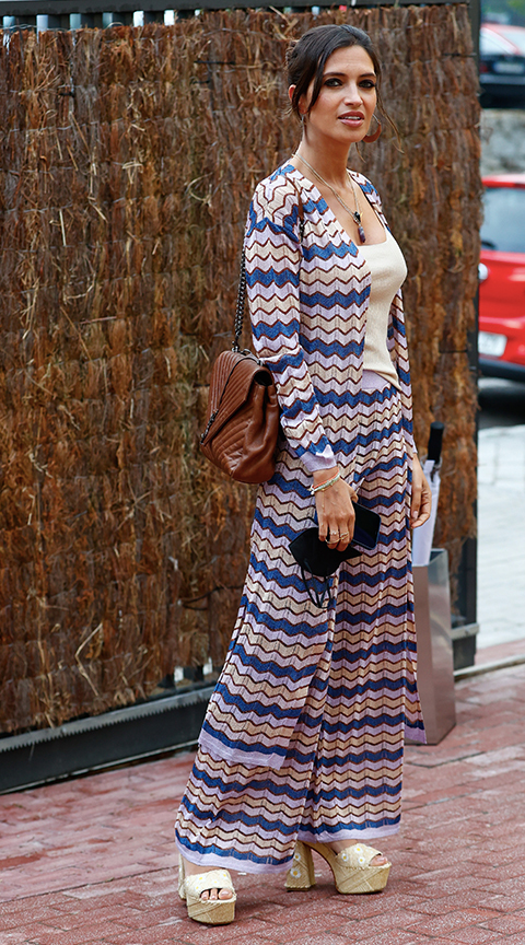 Sara Carbonero con sandalias de rafia.
