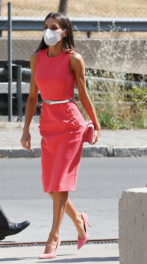 La Reina Letizia con vestido rosa.