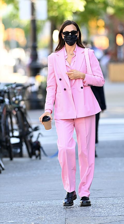 Irina Shayk con traje de chaqueta rosa.