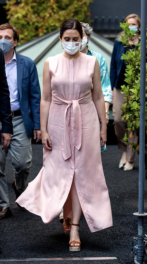 Isabel Díaz Ayuso con vestido rosa.