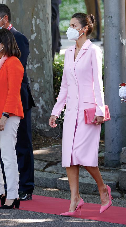 Letizia Ortiz con vestido abrigo rosa.
