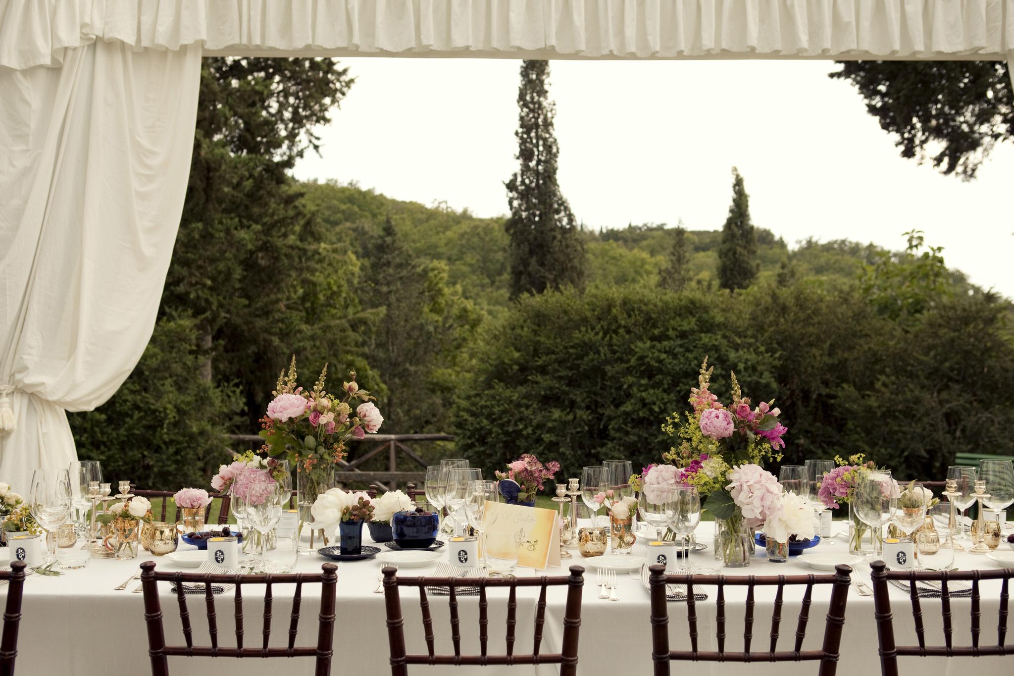 Mesa con cortina blanca, paisaje y vistas.