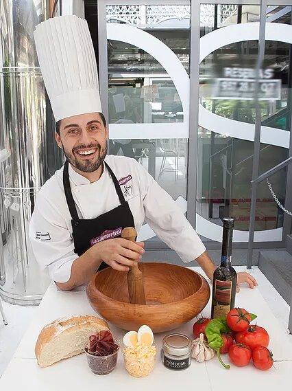 Juanjo Ruiz, chef de La Salmoreteca, ha desarrollado un nuevo concepto del salmorejo con creatividad, investigación y sabor.