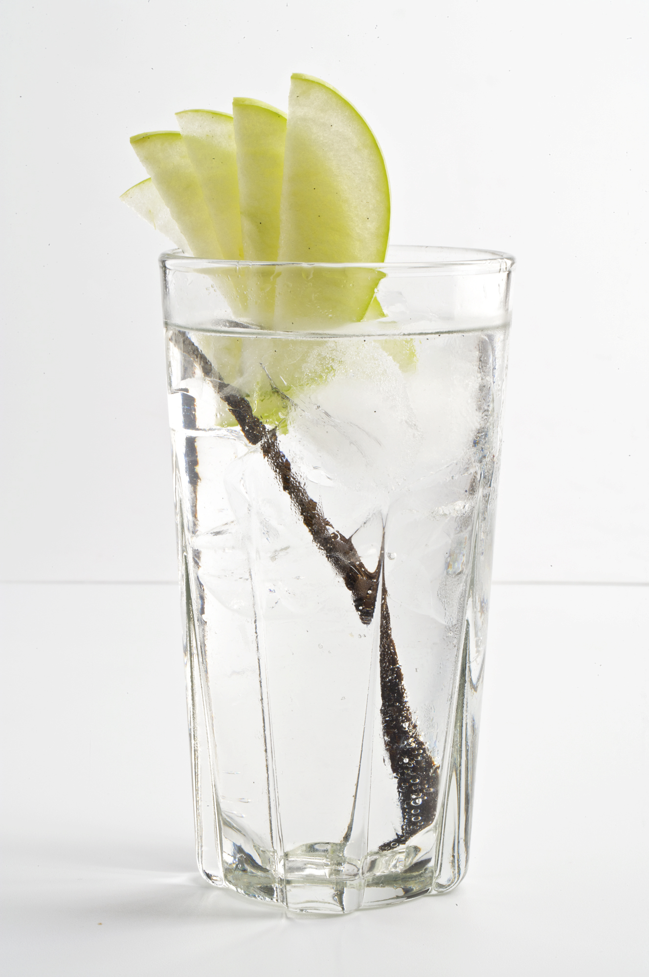 ¿Es bueno beber agua con limón?