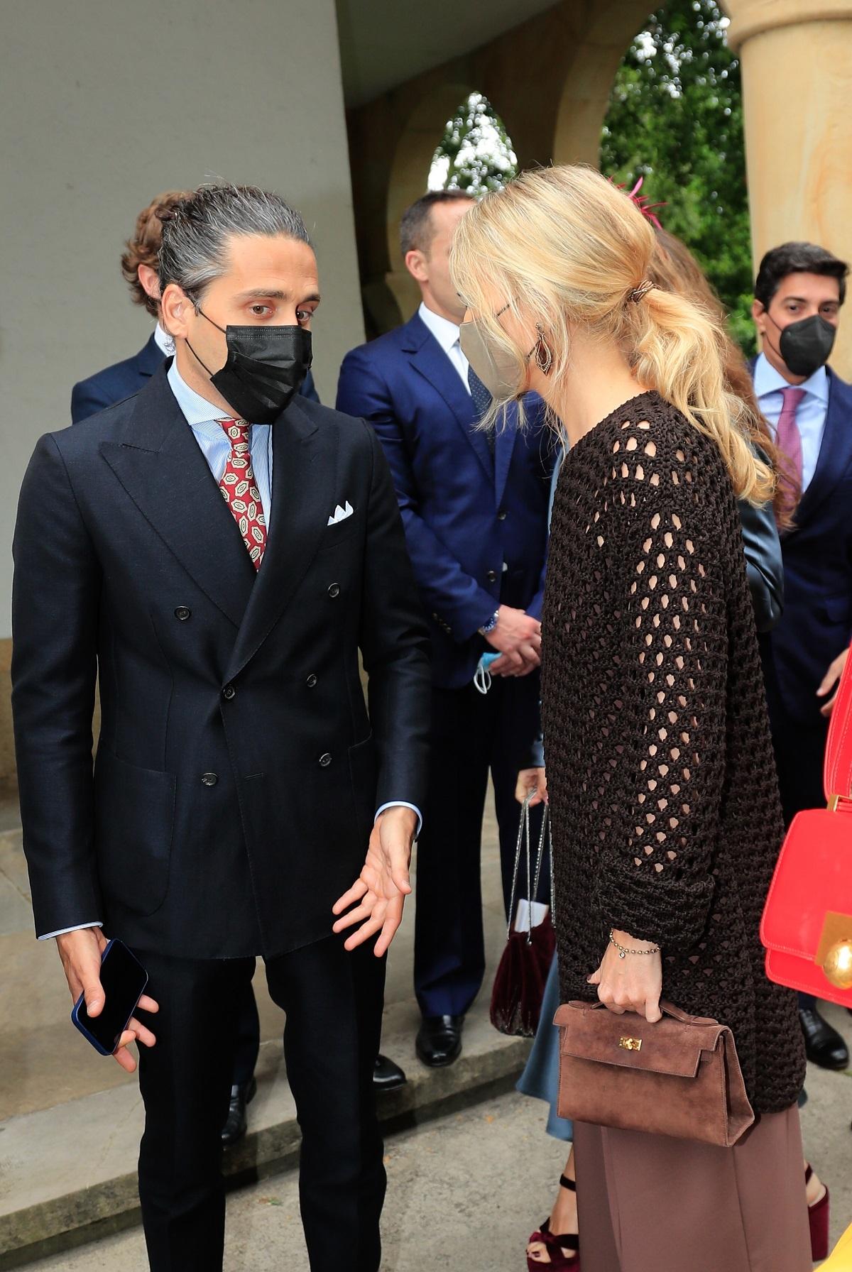 Marta Ortega completó su look con bolso de Hermès.