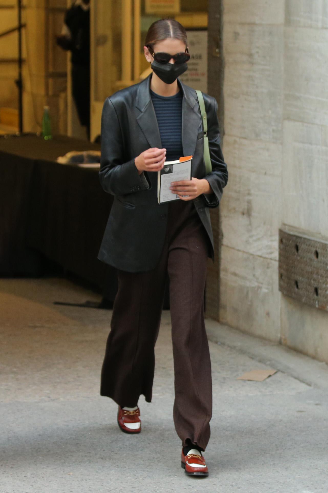 Kaia Gerber, con pantalones sastre masculinos y blazer oversize de cuero, a la salida del desfile de Marc Jacobs.