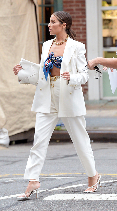 Olivia Culpo con traje de chaqueta blanco.