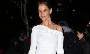 Katie Holmes con un vestido asimétrico