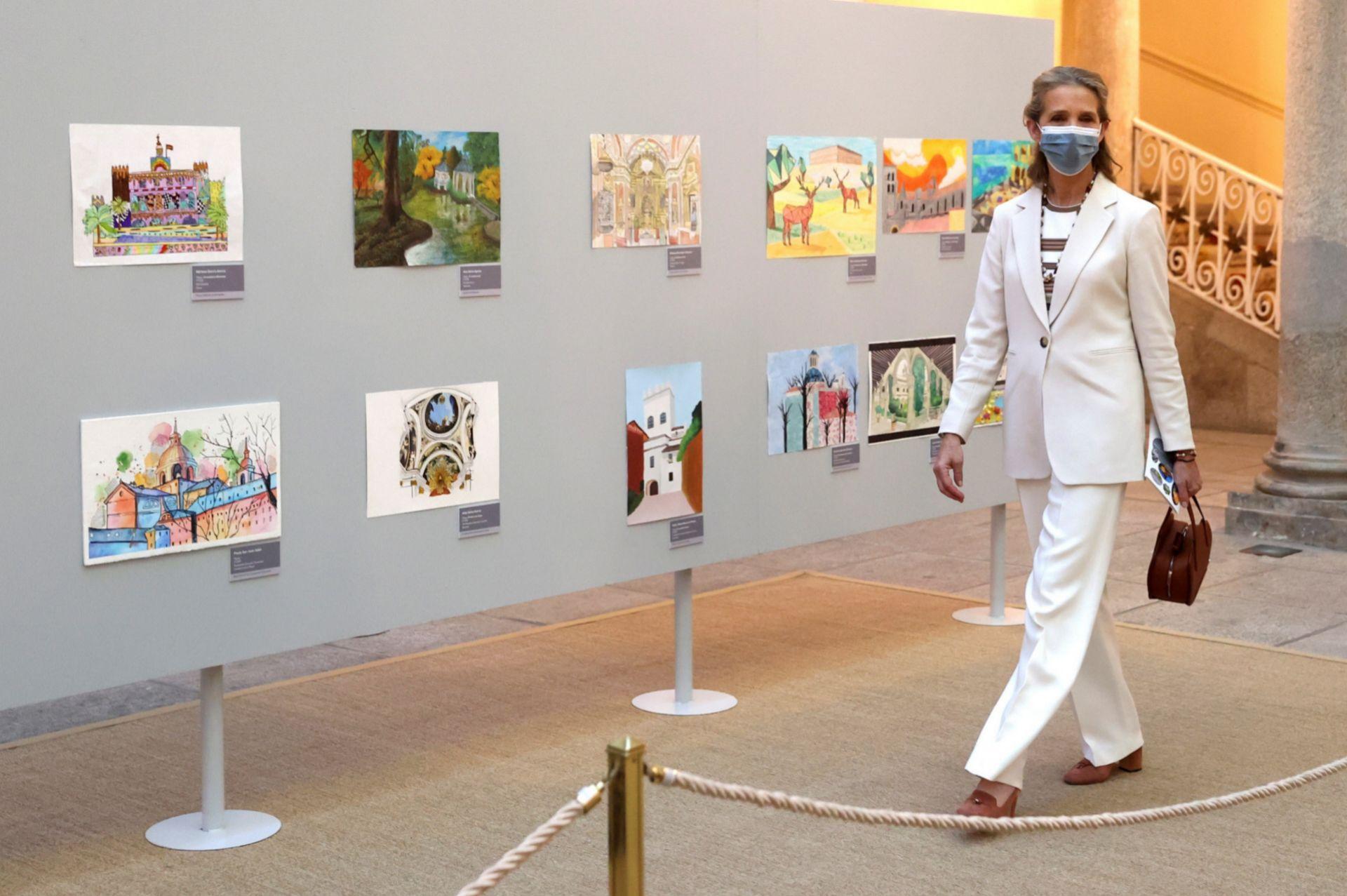 Doña Elena visitando la exposición en el palacio del Pardo