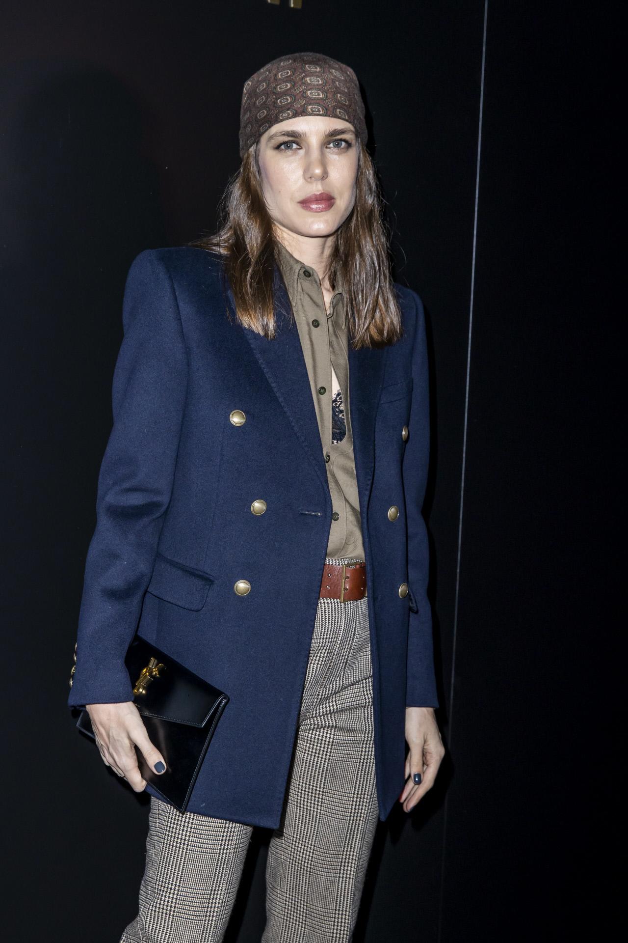 Un blazer azul marino es versátil y elegante
