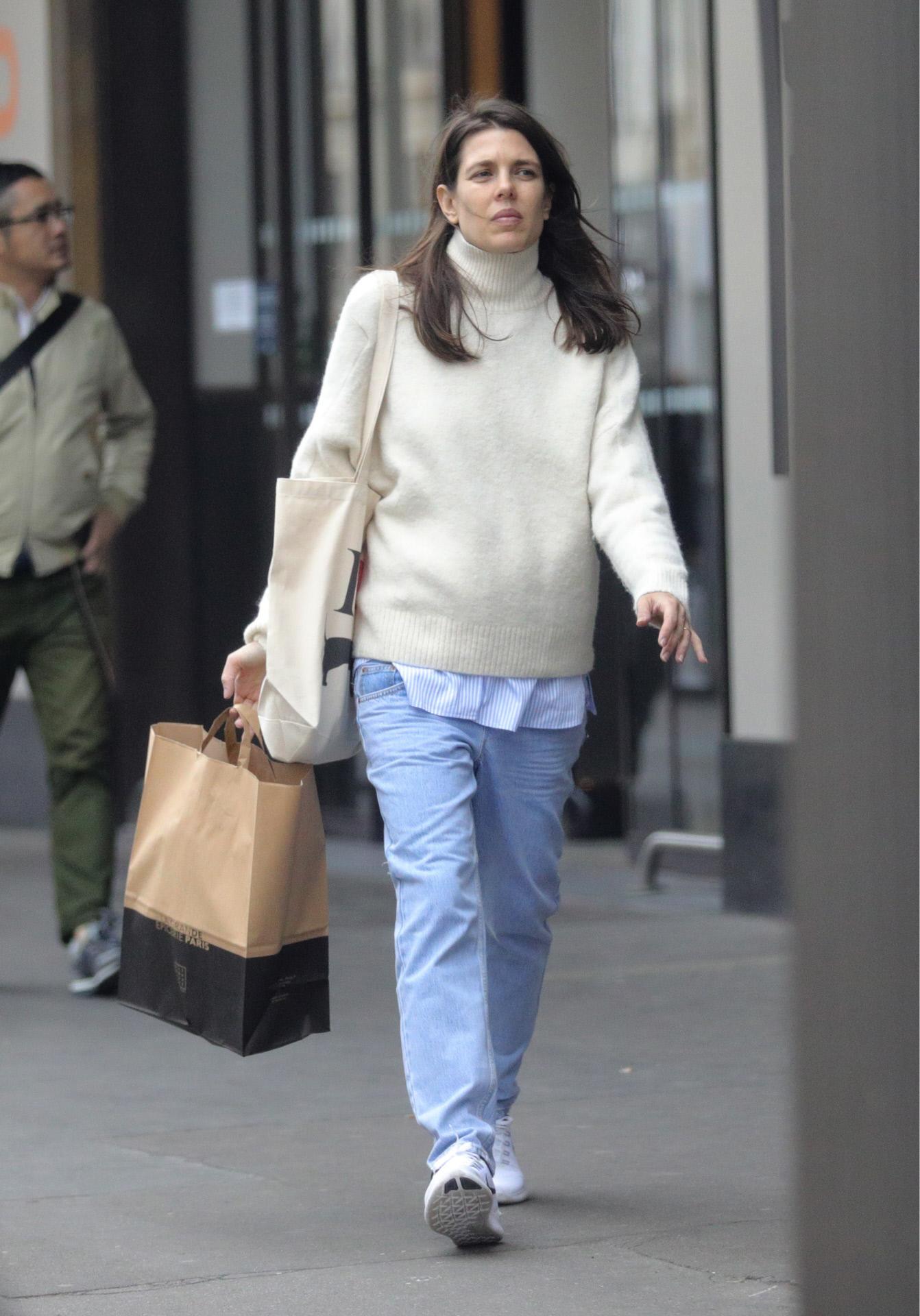 """Carlota elige zapatillas para muchos de sus looks """"off duty"""""""