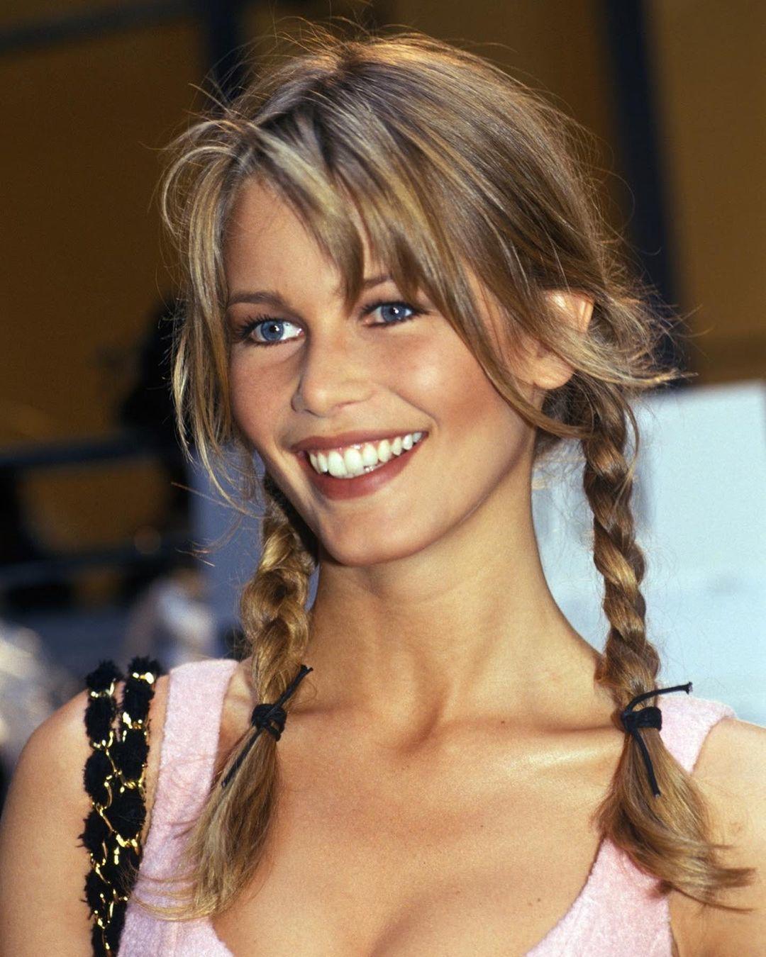 Con sus dos trenzas boho, Claudia Schiffer inspira nuestros looks estivales.
