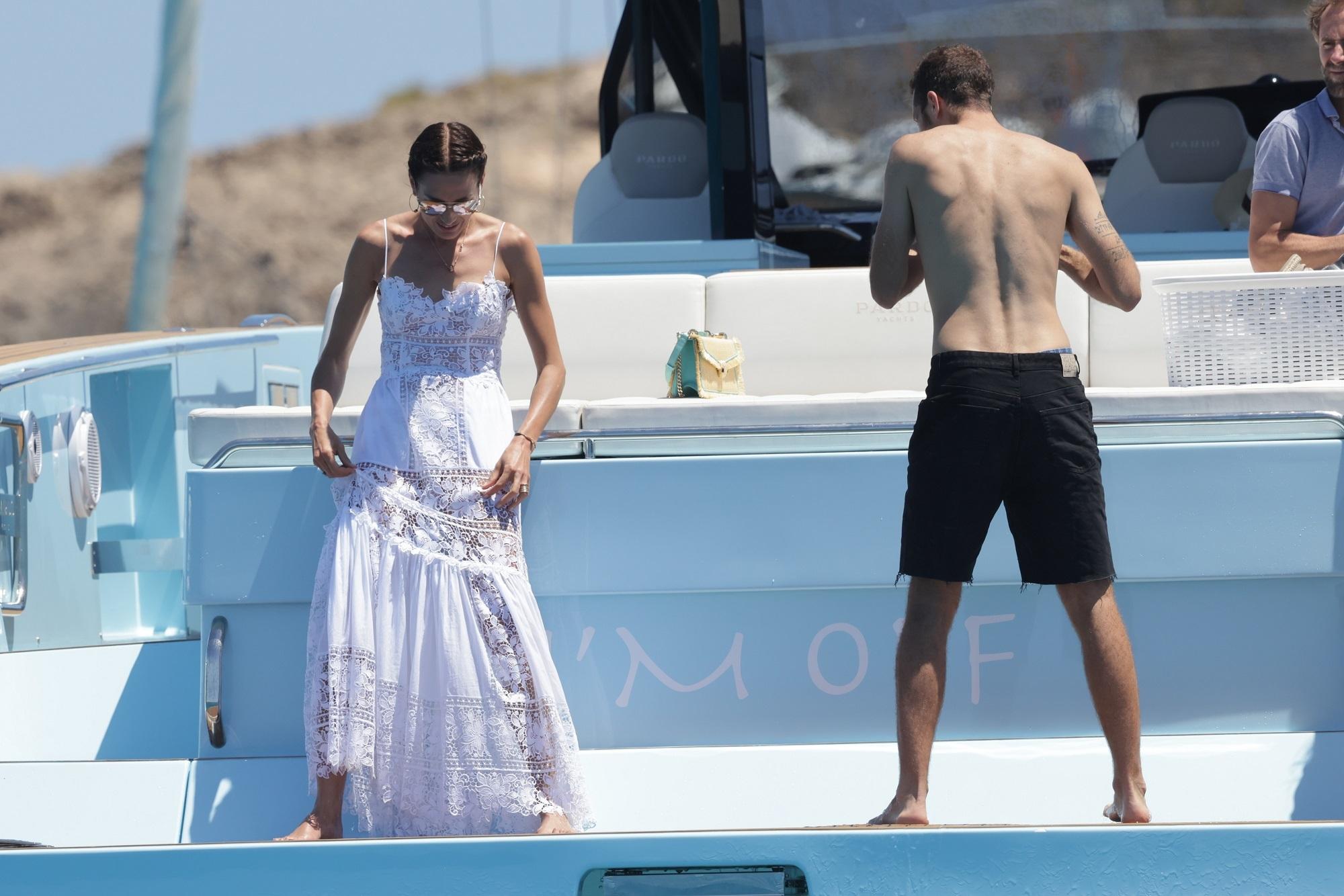 Nieves Álvarez en plena sesión de fotos con vestido de Charo Ruiz.