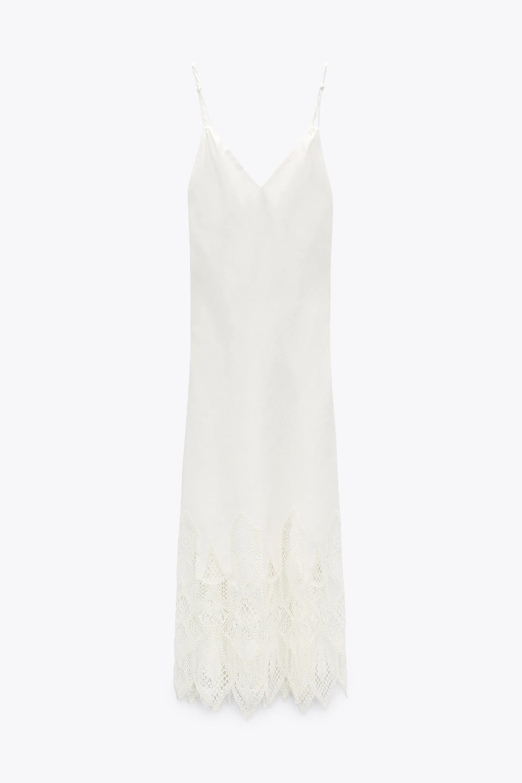 Vestido blanco, de Zara.