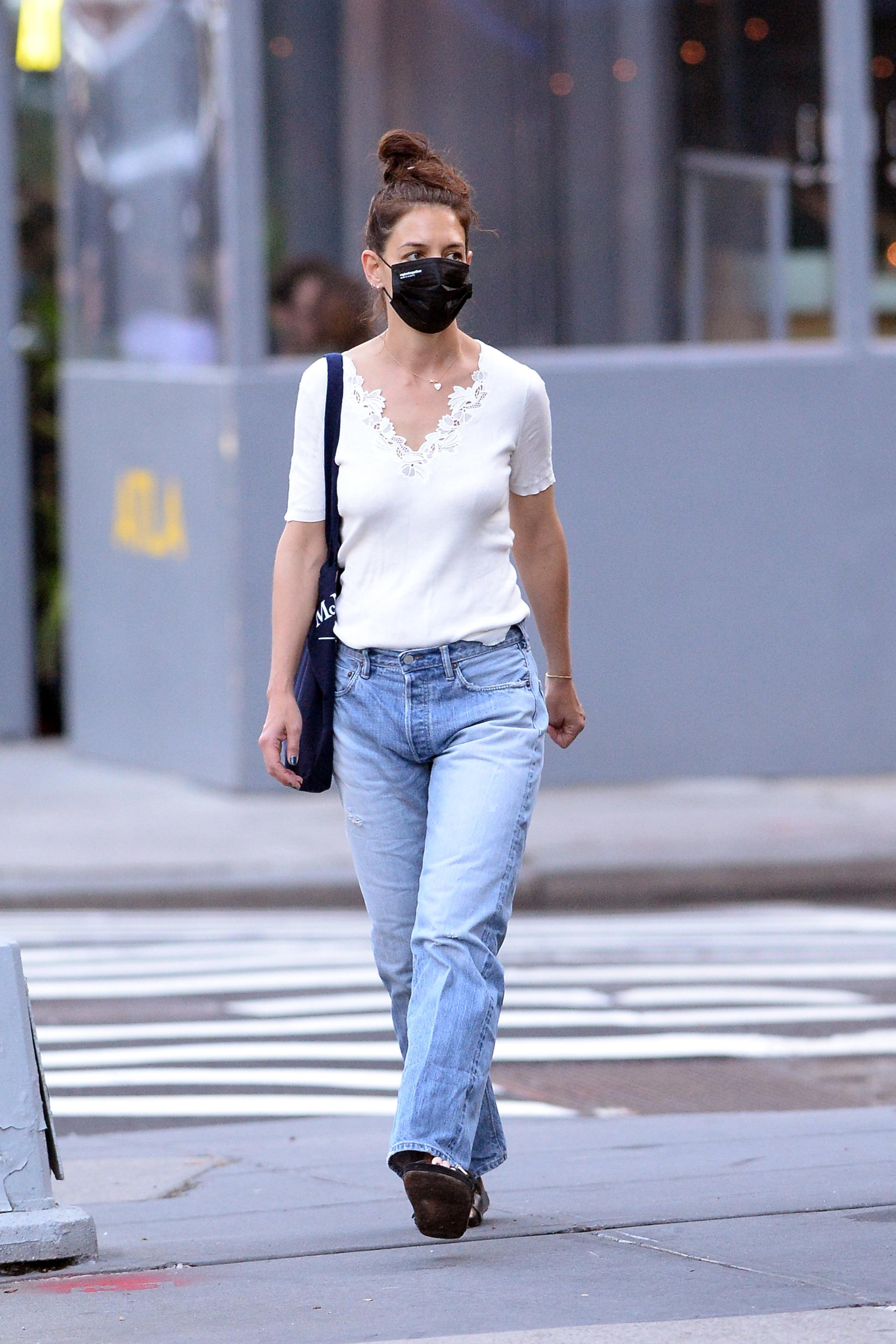 Katie Holmes con boyfriends jeans.